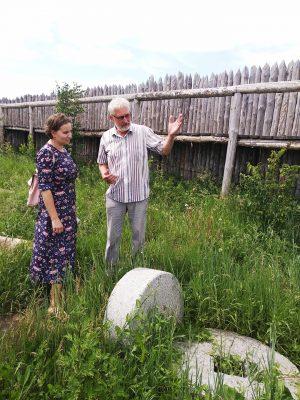 Самарская писательница Мария Пашинина, — автор краеведческих сказок о приключениях хранителя города – Самарика, побывала на экскурсии в Красноярском районе.